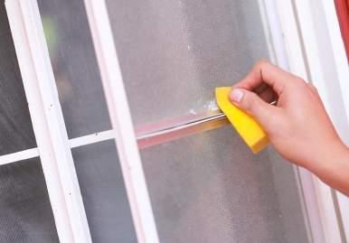 Как можно очистить скотч от пластикового окна: обзор эффективных средств в Кемерово